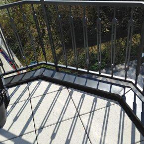Balkon mit schwarzen Alublech-Abdeckungen
