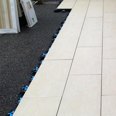 Terrasse neu abgedichtet und mit Keramikplatten belegt