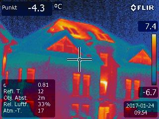 Prüfung IR Dachfenster – deutlich zu erkennende Wärmeverluste am First und Gratbereich